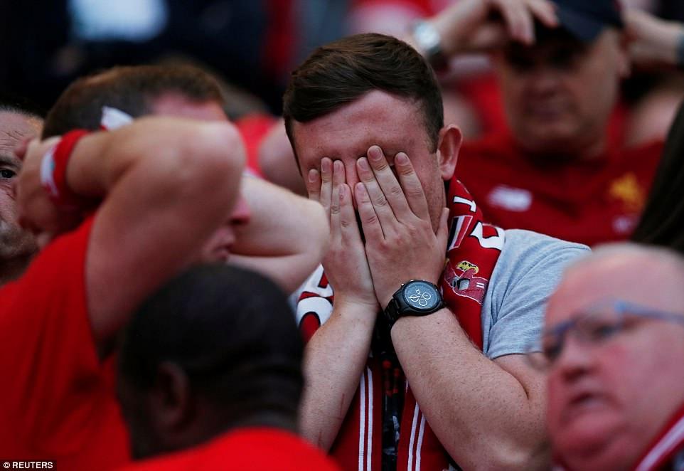 """Các cổ động viên Liverpool bên trong sân Anfield sau khi """"giấc mơ chiến thắng"""" tan vỡ do sai lầm của thủ môn Loris Karius (Ảnh: Reuters)"""