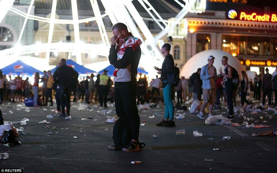 Một fan hâm mộ Liverpool khóc một mình bên ngoài sân vận động (Ảnh: Reuters)