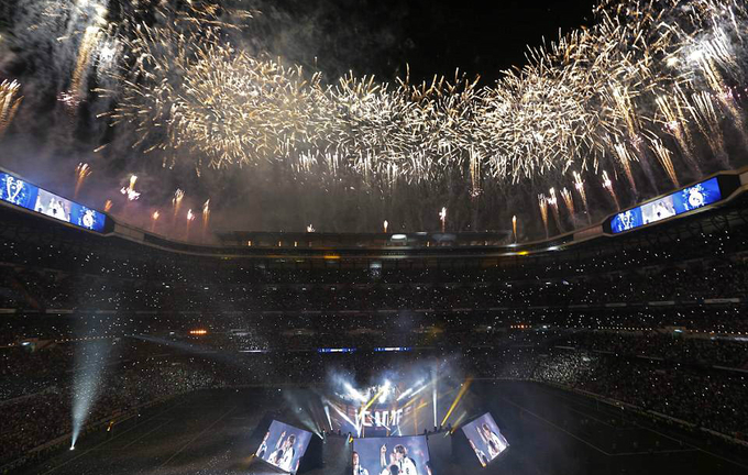 Điểm đến cuối cùng của buổi lễ là sân Bernabeu. Khoảng tám vạn khán giả đã ngồi chật kín sân. Ban tổ chức sân đón chào thầy trò Zidane một cách hoành tráng bằng màn pháo hoa rực rỡ, cùng những màn hình laser bật sáng, ghi lại các khoảnh khắc ở trận chung kết gặp Liverpool.