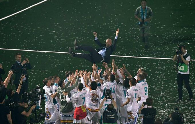 Zinedine Zidane được học trò tung hô giữa thảm cỏ sân Bernabeu. Ông là HLV duy nhất lịch sử ba lần liên tiếp vô địch Champions League.