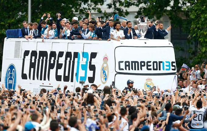 Rời quảng trường Puerta del Sol, Real Madrid diễu hành chức vô địch Champions League trên xe buýt, qua các con phố ở Madrid.