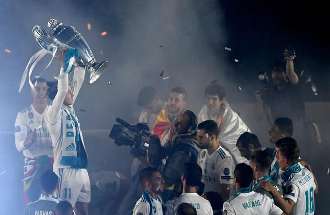 Gareth Bale, người hùng của Real trong trận chung kết với một cú đúp, mừng công có phần thầm lặng. Anh không nhảy mùa, hò hét như đồng đội. Có tin rằng ngôi sao Xứ Wales đang liên hệ với Man Utd.