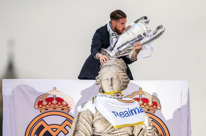 Sergio Ramos thay mặt toàn đội dâng Cup báo công với nữ thần Cibeles - vị thần bảo hộ của Real Madrid. Sau màn báo công này, Real trở lại sân Bernabeu tiếp tục lễ mừng công. Sergio Ramos là người cầm micro, bắt nhịp cho đồng đội hát những bài hát truyền thống.