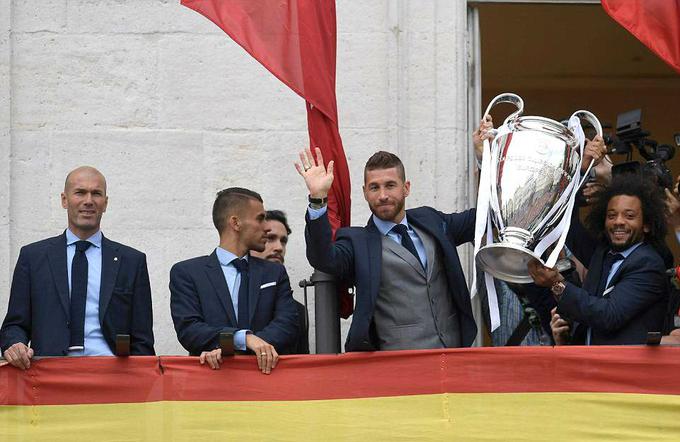 Ngay khi Ramos xuất hiện cùng chiếc cup bạc, CĐV thành Madrid đã hô vang tên CLB, sau đó là tên của những cầu thủ đã chơi trận chung kết tại Kiev hôm 26/5.