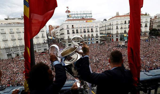 Từ ban công tầng thượng ở quảng trường Puerta del Sol, đội trưởng Sergio Ramos và đội phó Marcelo giơ cao chiếc cup C1 / Champions League thứ 13 trong lịch sử Real trước sự hò reo của hàng vạn người hâm mộ.