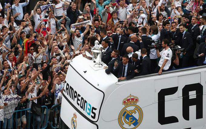 Ở bất cứ địa điểm nào mà chiếc xe buýt đi qua, toàn đội Real cũng được chào đón nhiệt liệt. CĐV nào cũng tay cầm điện thoại, cố gắng ghi lại hình ảnh của thầy trò Zinedine Zidane.