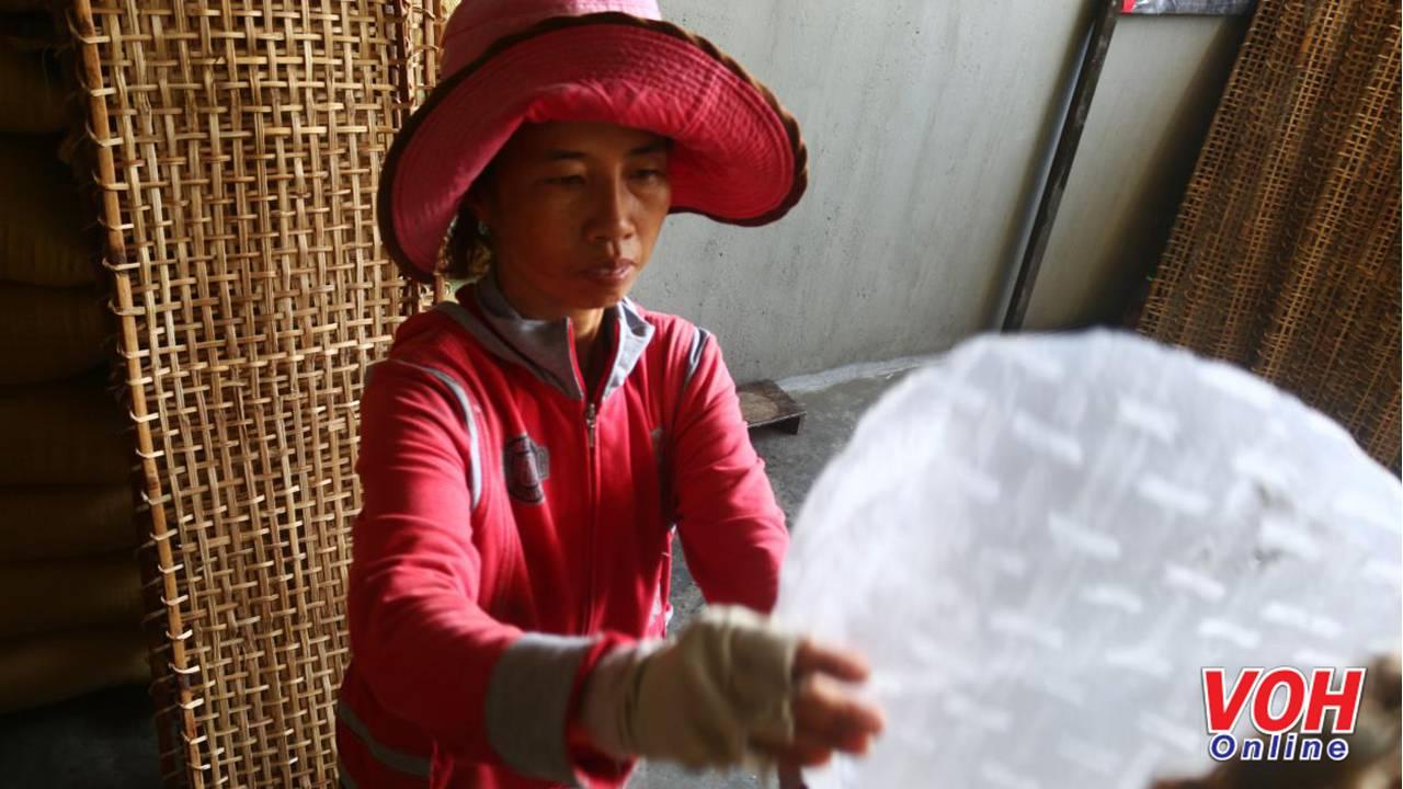 Các vỉ bánh tráng khô được mang vào phải để trong bóng râm hơn một giờ mới được bóc khỏi vỉ. Công việc này cần kinh nghiệm rất nhiều vì nếu không lành nghề rất dễ làm hỏng miếng bánh.