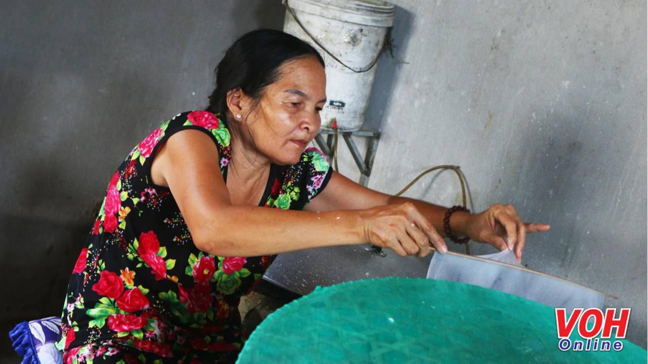 Người dân dùng một chiếc đũa tách bánh ra khỏi mặt vải, sau đó trải lên một chiếc mâm đan bằng tre, cũng bọc vải để bánh được khô và dần định hình. Tuy là công việc không tốn nhiều sức lực nhưng lại rất vất vả.