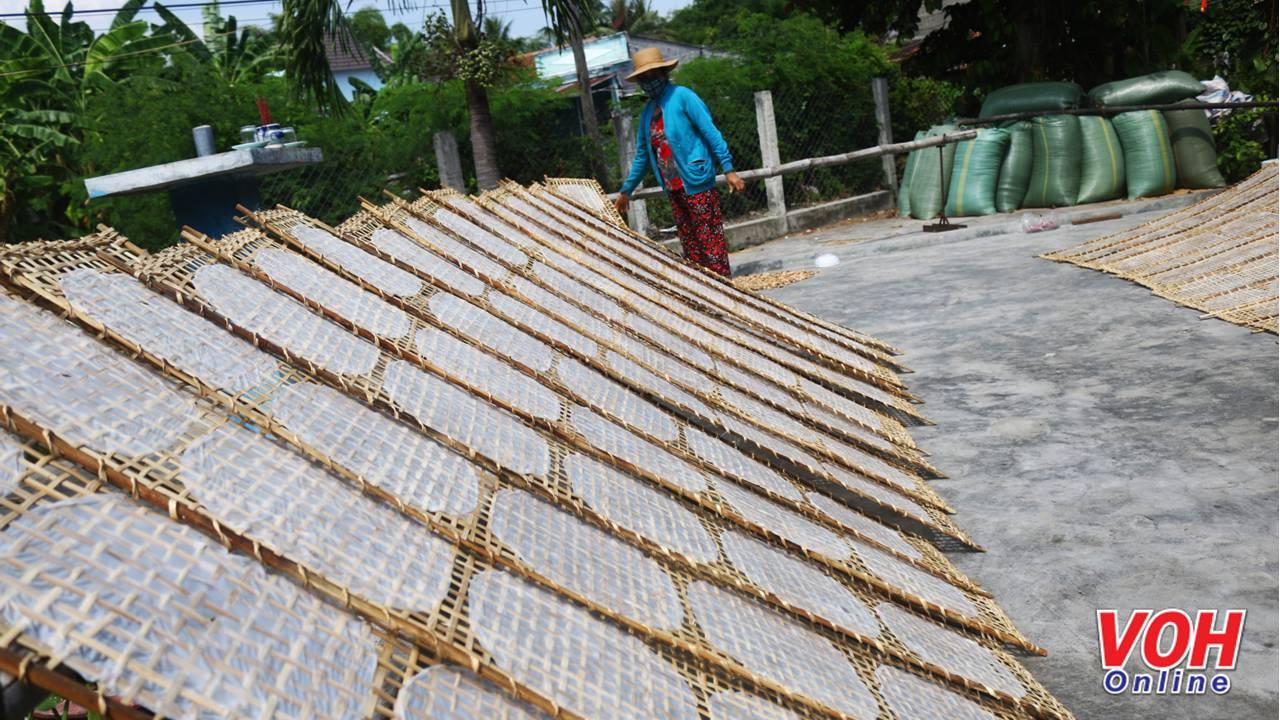 Mỗi một hộ dân trong làng nghề bánh tráng Ninh Hiệp đều có một cái sân phơi bánh tráng tùy thuộc vào diện tích đất của gia đình. Trời nắng lên, sân trước nhà sẽ đầy ắp những vỉ bánh tráng đậm vị quê hương.