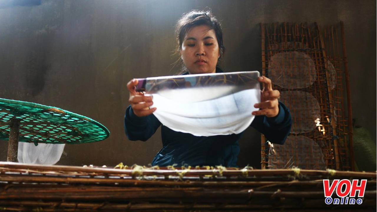 Dùng một cái ống tròn có bọc vải bên ngoài để bánh có độ dính vừa phải, bóc bánh từ mâm tre trải lên vĩ tre. Đồng thời, phải dùng tay căng miếng bánh để bánh được căng như ý muốn khi hoàn thành.