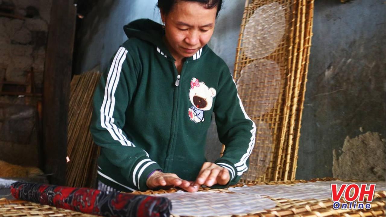 Những miếng bánh tráng nằm ngay ngắn trên vỉ tre dưới bàn tay khéo léo của người dân làng nghề. Sự điêu luyện này được truyền từ đời này sang đời khác và kinh nghiệm của người làm tích lũy qua rất nhiều năm.