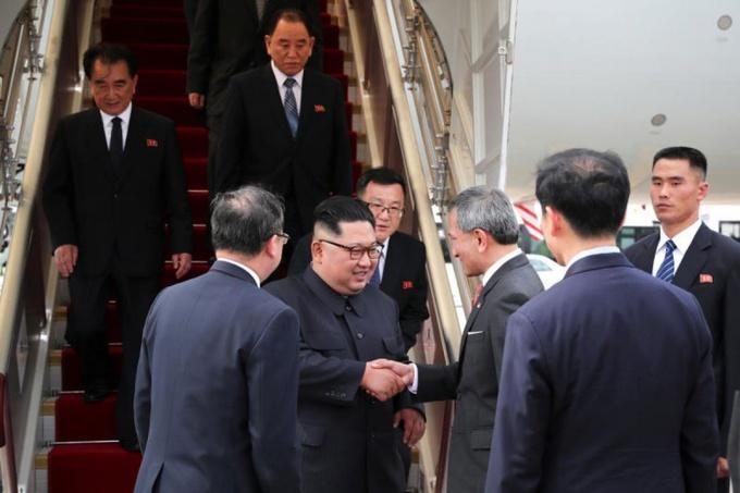 Ngoại trưởng Singapore Vivian Balakrishnan đón lãnh đạo Triều Tiên tại chân cầu thang máy bay. Ảnh: MCI.