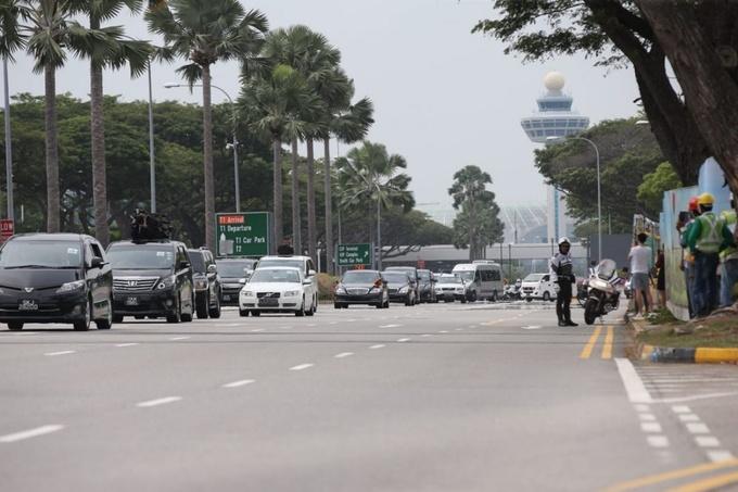 Đoàn xe hộ tống lãnh đạo Triều Tiên từ khu VIP sân bay Changi về khách sạn St. Regis, nơi Kim Jong-un cùng phái đoàn nước này lưu trú trong thời gian ở Singapore. Ảnh: Straitstimes.