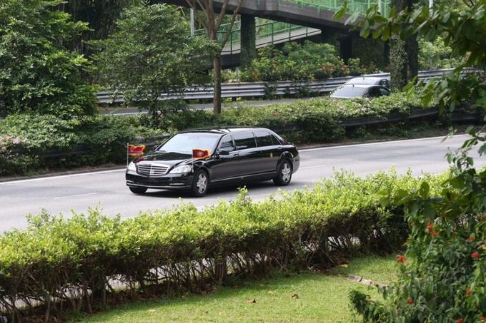 Chiếc limousine màu đen được cho chở ông Kim treo quốc kỳ Triều Tiên di chuyển giữa đoàn hộ tống. Ảnh: Straistimes.