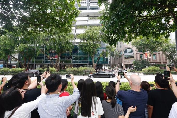 Người dân Singapore đổ ra đường theo dõi đoàn xe của lãnh đạo Triều Tiên. Ảnh: Straitstimes.
