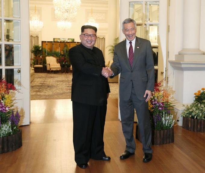 """Lãnh đạo Triều Tiên Kim Jong-un sau đó gặp Thủ tướng Singapore Lý Hiển Long tại văn phòng thủ tướng Istana.  Kim Jong-un gửi lời cảm ơn tới Singapore và Thủ tướng Lý Hiển Long vì những nỗ lực tổ chức hội nghị thượng đỉnh lịch sử Mỹ - Triều. """"Cả thế giới đang đổ dồn chú ý vào hội nghị thượng đỉnh lịch sử giữa Triều Tiên và Mỹ. Nhờ những nỗ lực chân thành của các bạn, chúng tôi mới có thể hoàn thành công tác chuẩn bị cho hội nghị. Tôi muốn cảm ơn ngài về điều này"""", lãnh đạo Triều Tiên nói với Thủ tướng Singapore. Ảnh: Straitstimes."""