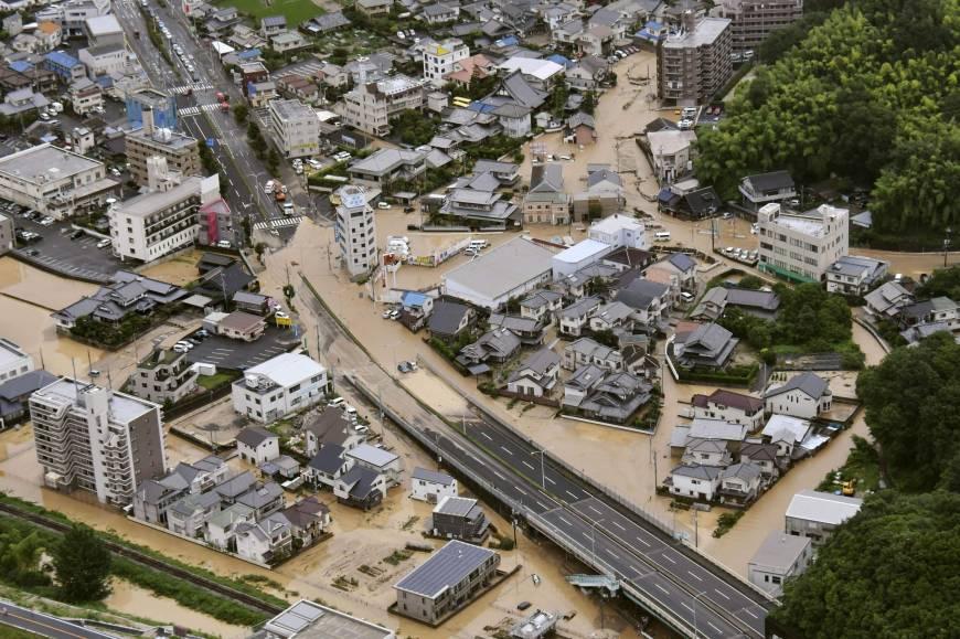 Ảnh chụp từ trực thăng: Thị trấn Saka, tỉnh Hiroshima ngập nước (Kyodo News)