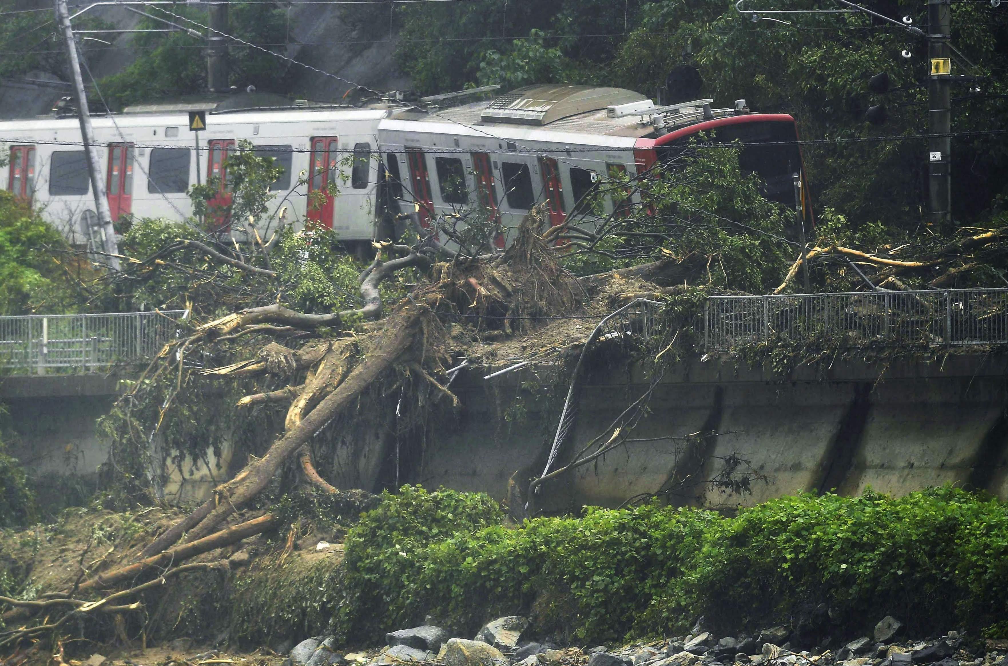 Mưa lớn tiếp tục trút xuống các tỉnh Hiroshima, Okayama, Osaka cùng nhiều tỉnh khác ở phía Tây Nhật Bản, gây lở đất và ngập lụt, phá hủy nhà cửa, cuốn trôi nhiều ôtô.