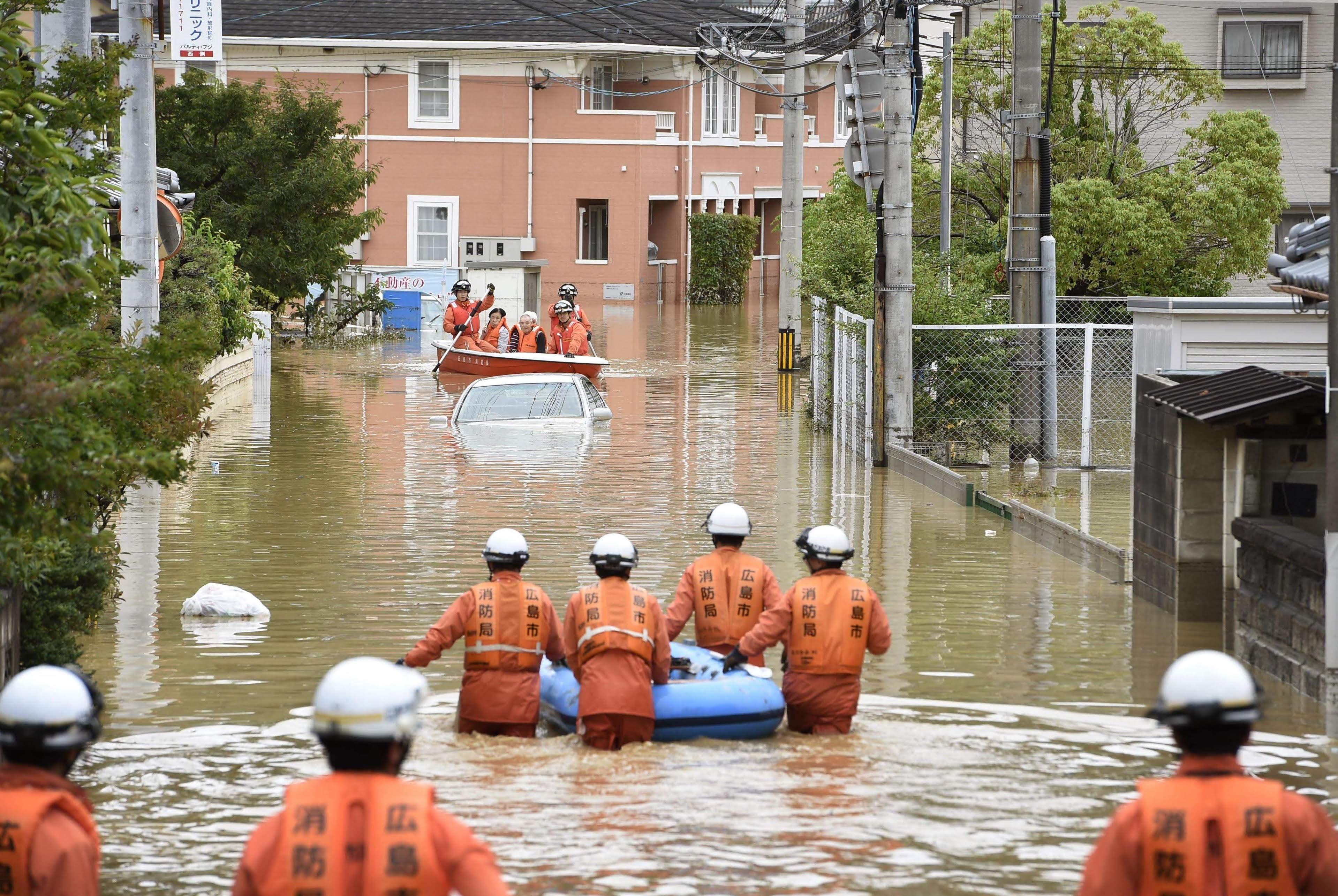 Khoảng 48.000 nhân viên Lực lượng phòng vệ (quân đội Nhật), cảnh sát và nhân viên cứu hộ đã được huy động triển khai chiến dịch tìm kiếm những người bị mắc kẹt, bị thương hoặc chết trong đợt mưa lũ