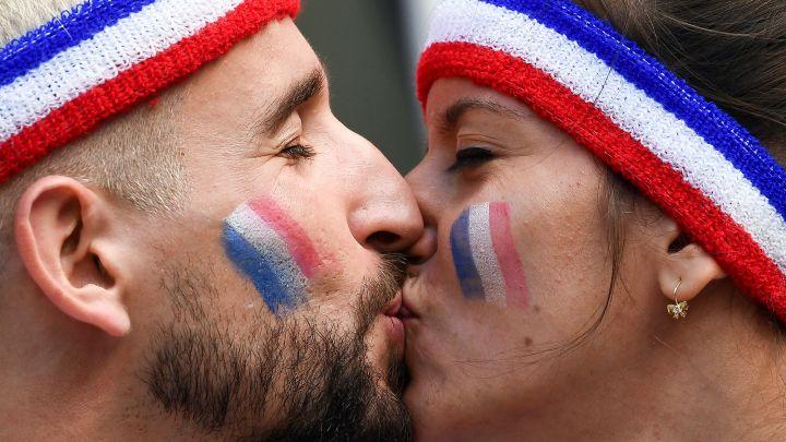 2 cổ động viên Pháp trước trận đấu của đội pháp tại bảng C World Cup 2018 (Ảnh: AFP)