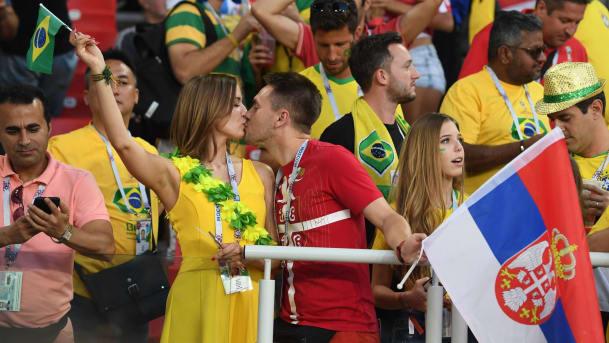 Ôi trời đất! Cổ động viên Brazil và Serbia dành cho nhau những nụ hôn nồng nhiệt trong suốt trận đấu. Nếu không phải là hình những lá cờ họ cầm trên tay thì người ta cứ nghĩ họ là một cặp tình nhân cơ đấy (Ảnh: AFP)