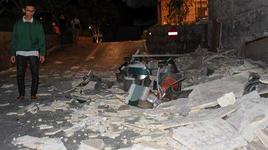 Cảnh đổ nát bên ngoài khách sạn Mataram ở TP Mataram. Ảnh: Reuters