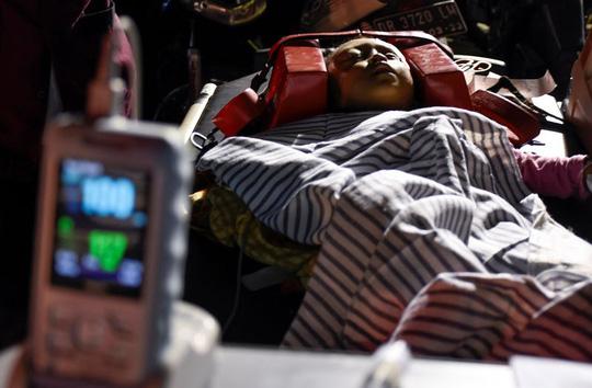 Một người bị thương được chuyển tới bệnh viện TP Mataram. Ảnh: Reuters