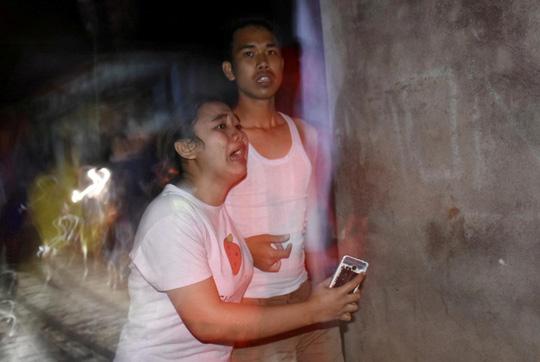 Cư dân huyện Ampenan trên đảo Lombok hoảng loạn sau trận động đất. Ảnh: Reuters