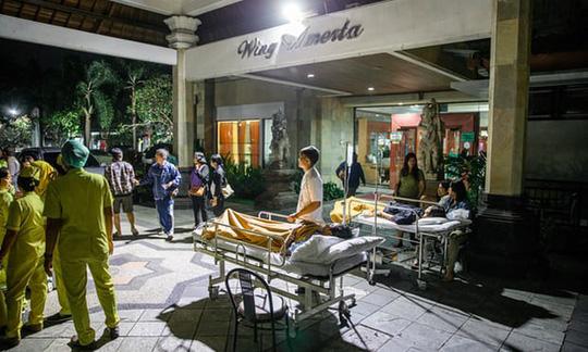 Bệnh nhân tại Denpasar, Bali buộc phải đưa ra ngoài trời sau khi xảy ra trận động đất. Ảnh: EPA