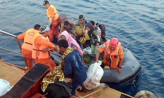 Cư dân từ những đảo nhỏ hơn được sơ tán sau động đất. Ảnh: EPA