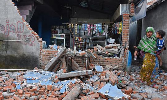 Nhà cửa trên đảo Lombok bị hư hại nặng sau trận động đất. Ảnh: Reuters