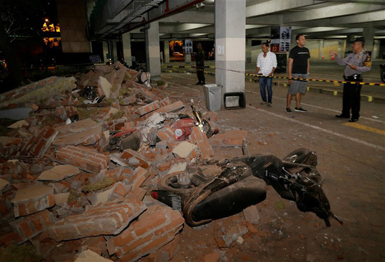Một trung tâm mua sắm ở Kuta, đảo Bali cũng bị ảnh hưởng bởi động đất. Ảnh: Reuters