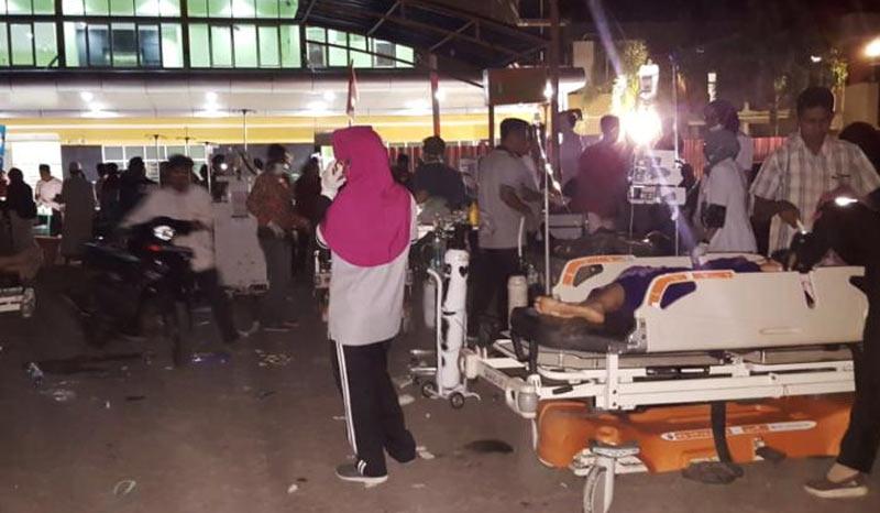 Nạn nhân vụ động đất được cấp cứu phía ngoài bệnh viện. (Nguồn; AFP)
