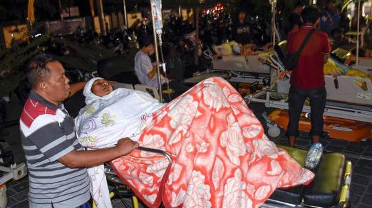 Các nạn nhân được điều trị tại bệnh viện TP Mataram. Ảnh: Reuters